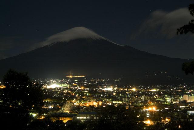 台風一過月明かりの富士山-1