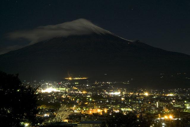 台風一過月明かりの富士山-3