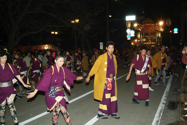 秋まつりの踊り-2